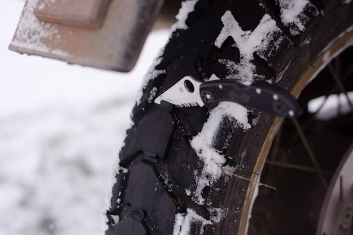 Le moment ou tu entailles tes pneus au couteau pour refaire des crampons